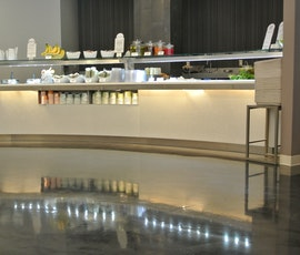 The high shine of this metallic floor creates a modern and classy feel in this cafeteria.  (thumbnail)